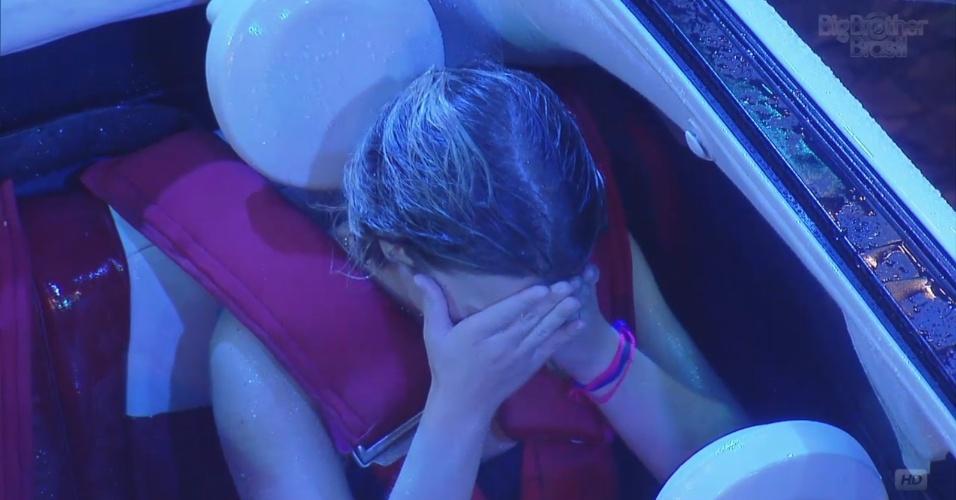 22.mar.2013 - Fernanda reza e chora com proximidade de vômito de Andressa