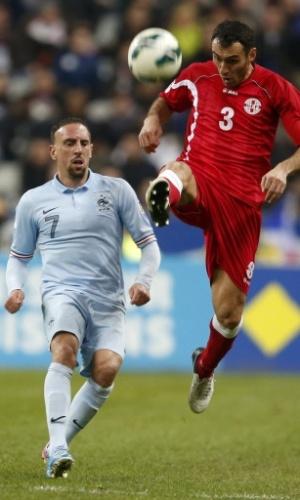 22.mar.2013 - Franck Ribery para na marcação de Dato Kvirkvelia na partida entre França e Georgia