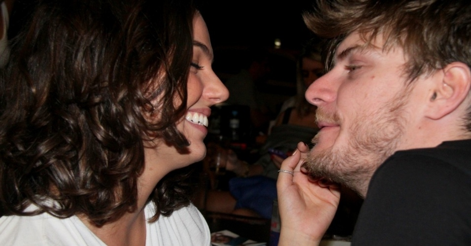 22.mar.2013 - Isis Valverde assiste show do namorado Tom Rezende em barzinho na Barra da Tijuca, zona oeste do Rio