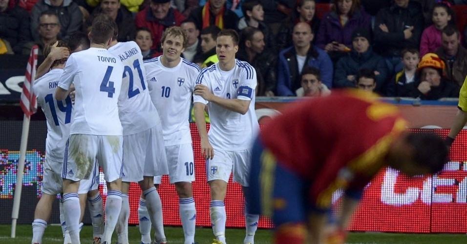 22.mar.2013 - Jogadores da Finlândia comemoram gol contra a Espanha