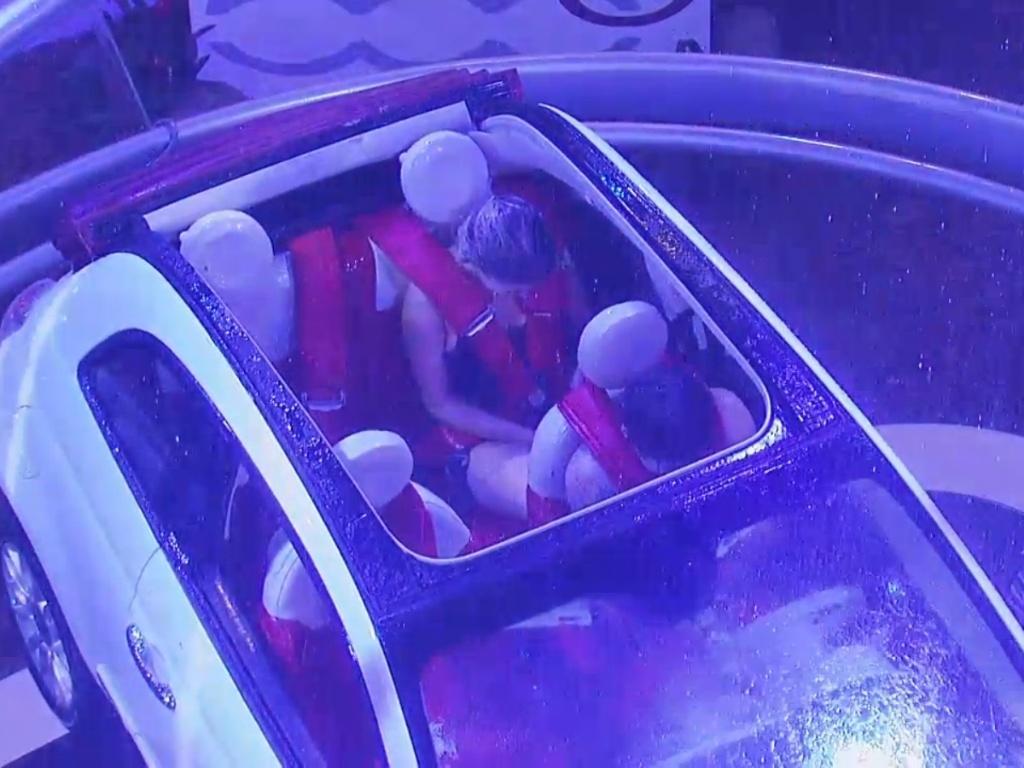 22.mar.2013 - Nasser e Fernanda enfrentam chuva artificial durante prova do líder