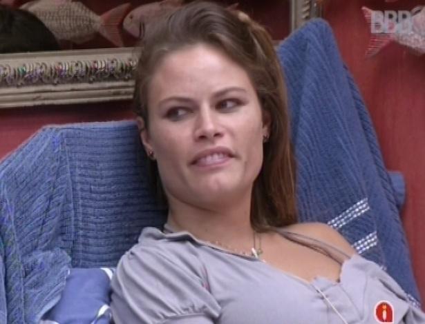22.mar.2013 - Natália ri de comentários de Andressa sobre vômito em prova do líder