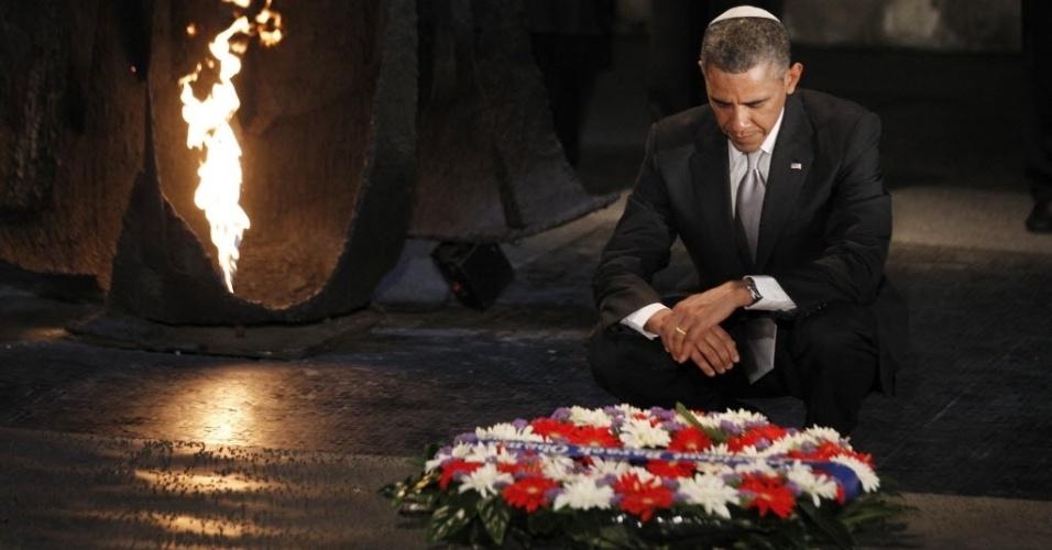 22.mar.2013 - O presidente dos Estados Unidos, Barack Obama, deposita uma coroa de flores no hall da recordação durante sua visita ao Memorial do Holocausto, em Jerusalém. É o último dia da viagem de Obama a Israel e aos territórios palestinos