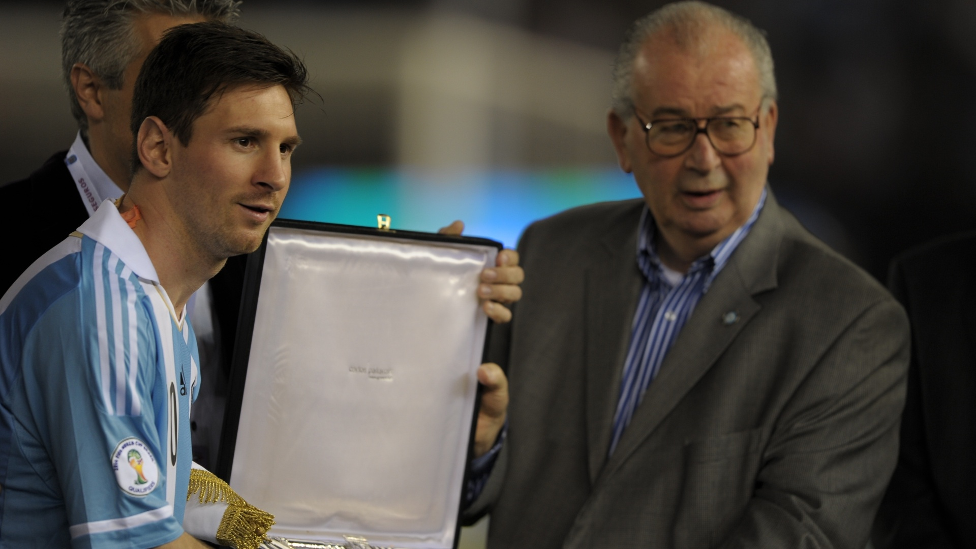 22.mar.2013 - Presidente da AFA, Julio Grondona, homenageia Messi antes da partida contra a Venezuela pelas eliminatrias