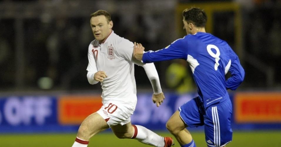 22.mar.2013 - Rooney tenta jogada na partida entre Inglaterra e San Marino