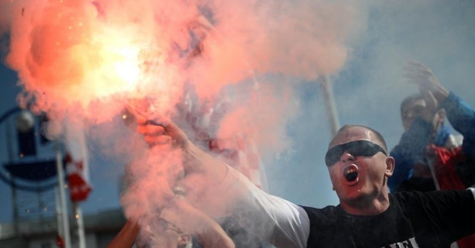 22.mar.2013 - Torcedor croata acende sinalizador antes da partida entre Croácia e Sérvia, uma das maiores rivalidades nas eliminatórias da Europa