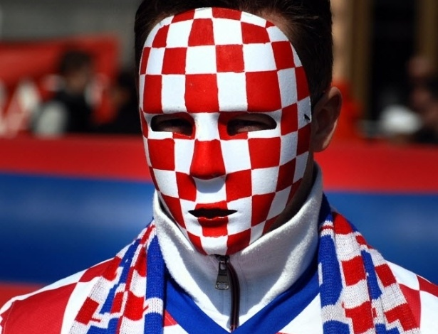 22.mar.2013 - Torcedor croata usa máscara com o quadriculado tradicional do país para assistir ao confronto contra a Sérvia, pelas eliminatórias europeias