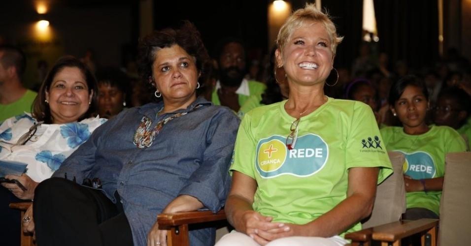 """22.mar.2013- Xuxa lança campanha de sustentabilidade para crianças ao lado de ministra do Meio Ambiente e diz que é preciso focar nos jovens porque os adultos """"já estão estragados"""""""