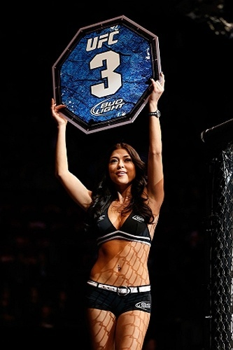 Arianny Celeste desfila com a placa de terceiro round durante evento do UFC