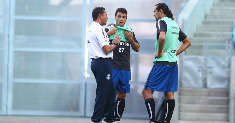 Kleber e Barcos conversam com Luxemburgo em treinamento do Grêmio (22/03/2013)