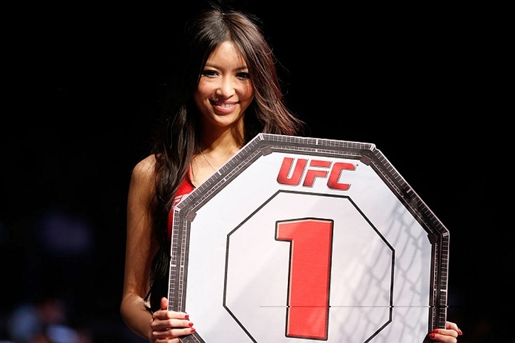 Ring girl do UFC indica o 1 round com sua plaquinha, no evento realizado no Japo que contou com o brasileiro Wanderlei Silva
