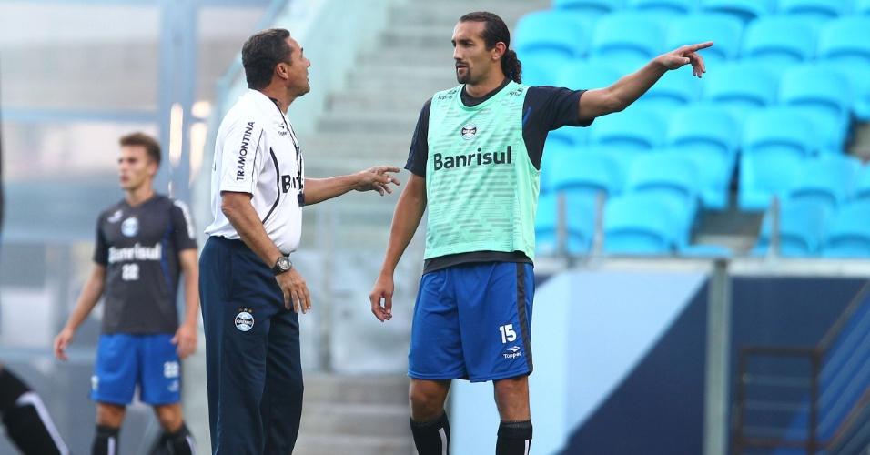 Vanderlei Luxemburgo conversa com Barcos em treino do Grêmio (22/03/2014)