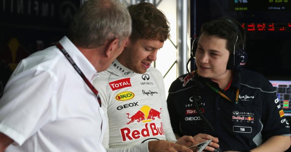 Vettel estuda performance de sua Red Bull na Malásia. Campeão da temporada passada, alemão fez o 3º melhor tempo no primeiro treino no GP