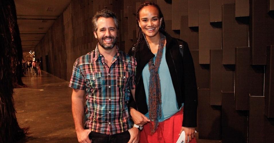 22.mar.2013 - A cantora Luciana Mello confere os desfiles da São Paulo Fashion Week com o marido