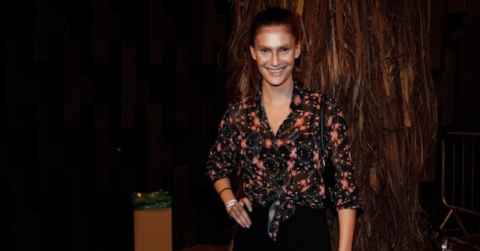 22.mar.2013 - A modelo Carol Francischini posa para fotos na São Paulo Fashion Week