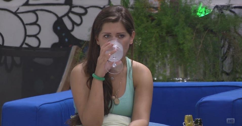 22.mar.2013 - Andressa aproveita o champagne enviado pela produção