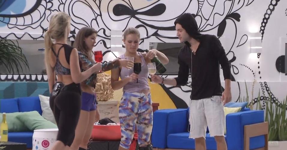 22.mar.2013 - Fernanda, Andressa, Natália e Nasser tomam champagne e brindam