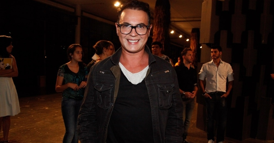 22.mar.2013 - O ex-BBB Dicesar posa para fotos na São Paulo Fashion Week
