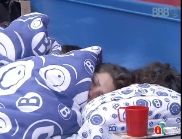 23.mar.2013 - Andressa volta a dormir