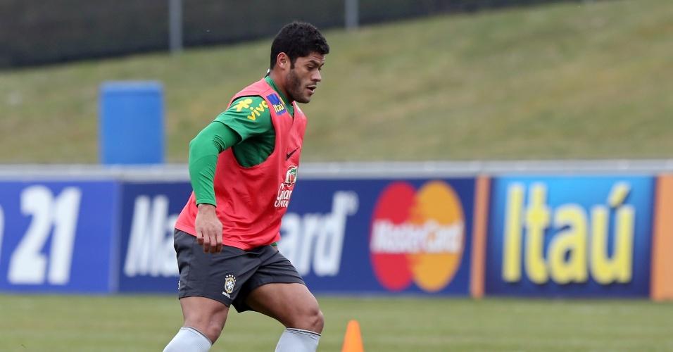 23.mar.2013 - Atacante Hulk recebe a bola durante o treino da seleção brasileira em Genebra, na Suíça
