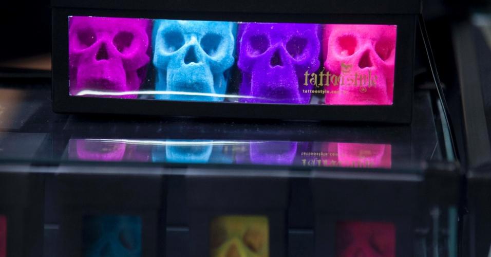 23.mar.2013 - Caveiras exibidas num estande da 8ª edição da São Paulo Tattoo Festival, convenção de tatuagem que reúne artistas e admiradores no centro de São Paulo, neste sábado (23) e domingo (24)
