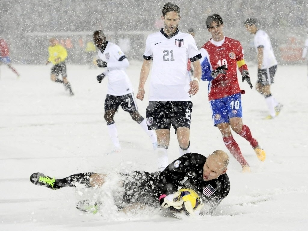 23.mar.2013 - Com o gramado coberto por neve, Brad Guzan, goleiro dos EUA, segura a bola na partida contra Costa Rica, pelas Eliminatrias da Copa do Mundo
