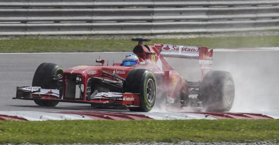 23.mar.2013 - Com pista molhada, Fernando Alonso acelera sua Ferrari em Sepang