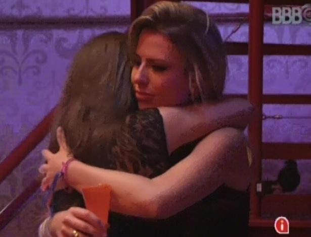 23.mar.2013 - Emparedada, Fernanda chora e recebe abraço de Andressa durante a festa