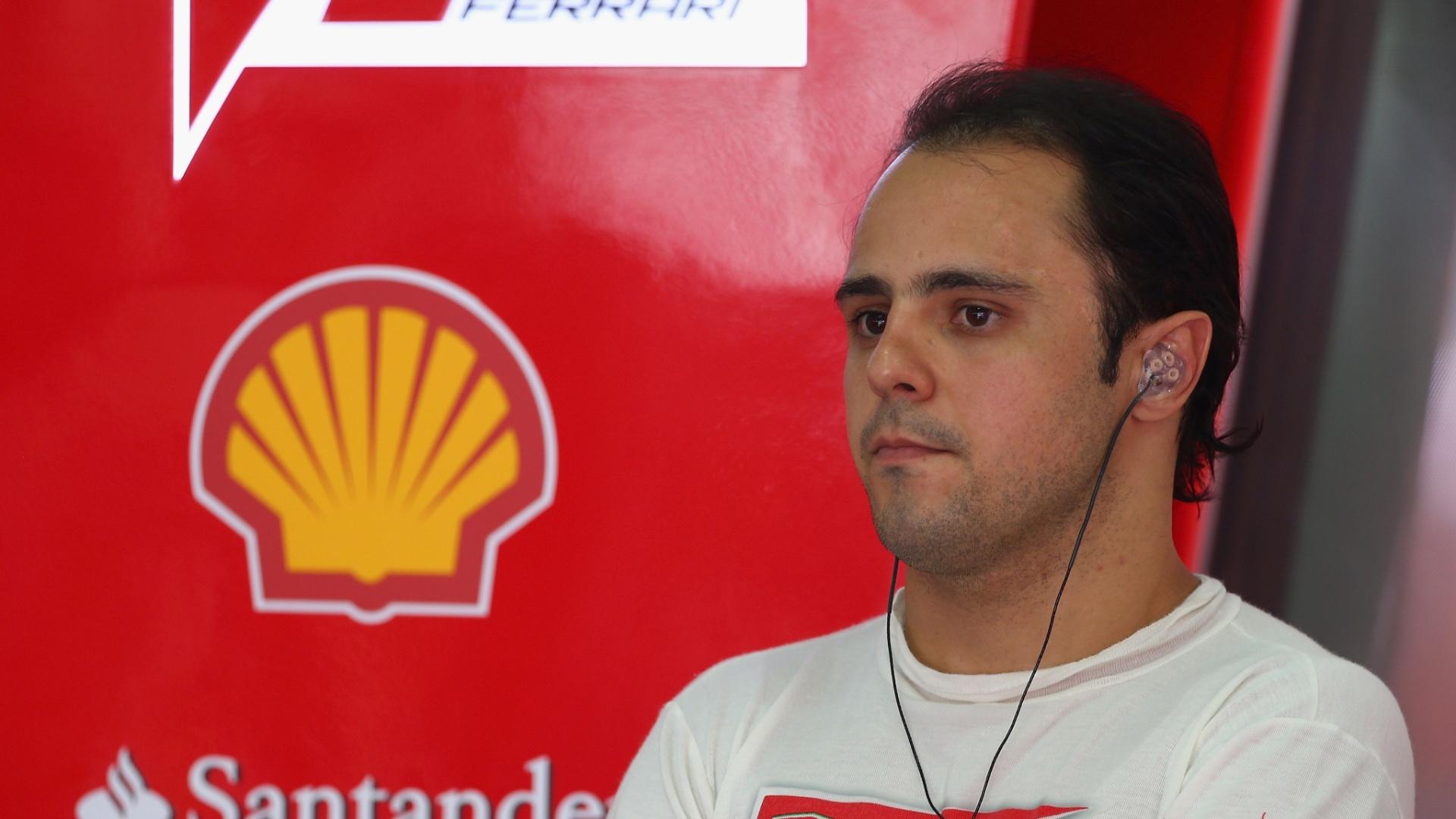 23.mar.2013 - Felipe Massa se prepara no box da Ferrari antes de ir para a pista de Sepang e participar do treino de classificação