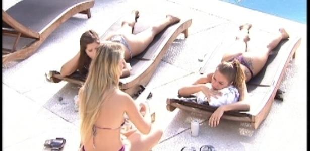 23.mar.2013 - Fernanda, Andressa e Natália tomam sol na área externa da casa