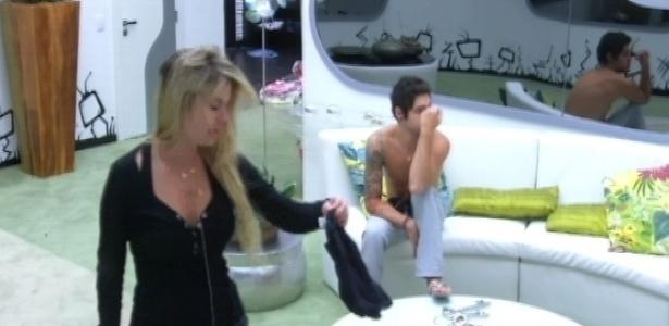 23.mar.2013 - Fernanda e Nasser despertam para escrever no
