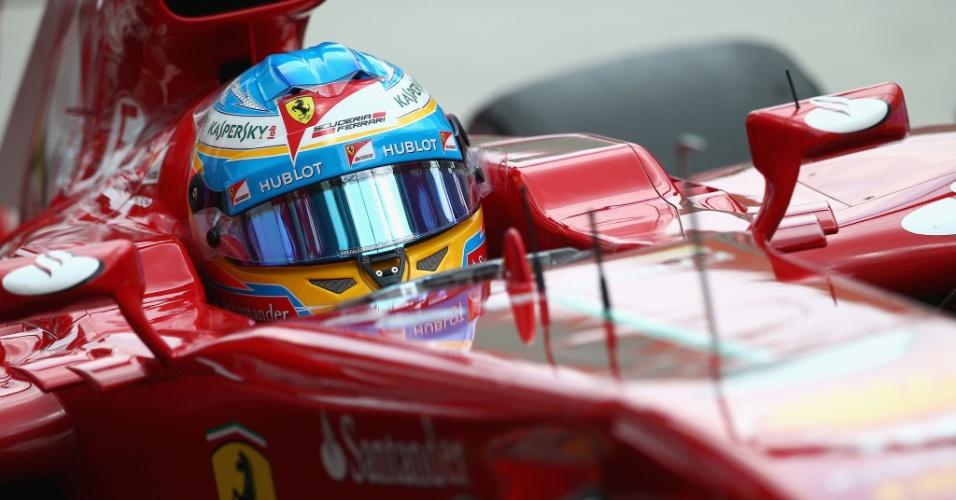 23.mar.2013 - Fernando Alonso acelera sua Ferrari pelo circuito de Sepang durante o treino de classificação