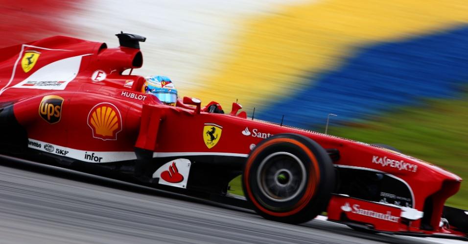 23.mar.2013 - Fernando Alonso conduz sua Ferrari pelo circuito de Sepang durante treino de classificação