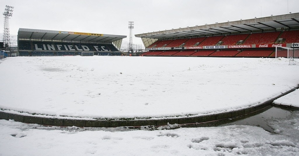 23.mar.2013 - Grande quantidade de neve no gramado do estdio Windsor Park,em Belfast, adiou mais uma vez neste sbado de manh a partida entre Irlanda do Norte e Rssia, pelo Grupo F da Eliminatria Europeia para a Copa do Mundo de 2014