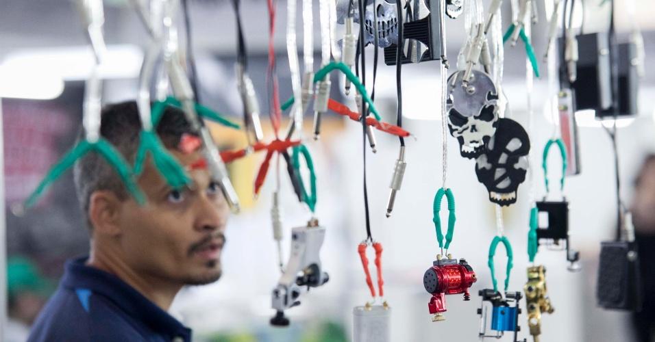 23.mar.2013 - Homem observa objetos num estande da 8ª edição da São Paulo Tattoo Festival, convenção de tatuagem que reúne artistas e admiradores no centro de São Paulo, neste sábado (23) e domingo (24)