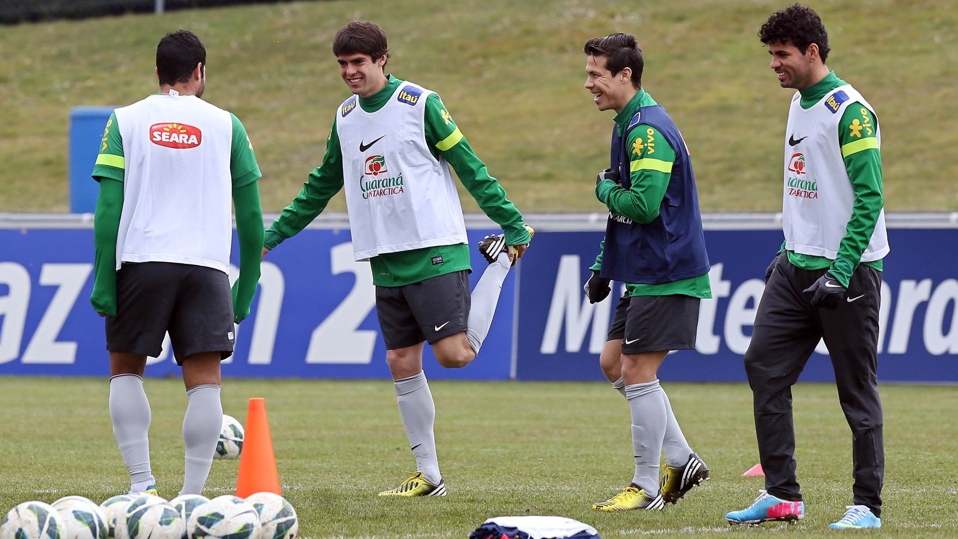 23.mar.2013 - Hulk, Kak, Hernanes e Diego Costa brincam durante o aquecimento no ltimo treino da seleo brasileira em Genebra, na Sua