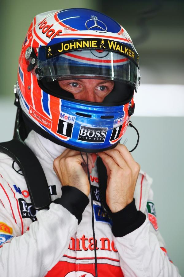 23.mar.2013 - Jenson Button se prepara para entrar na pista no treino de classificação do GP da Malásia
