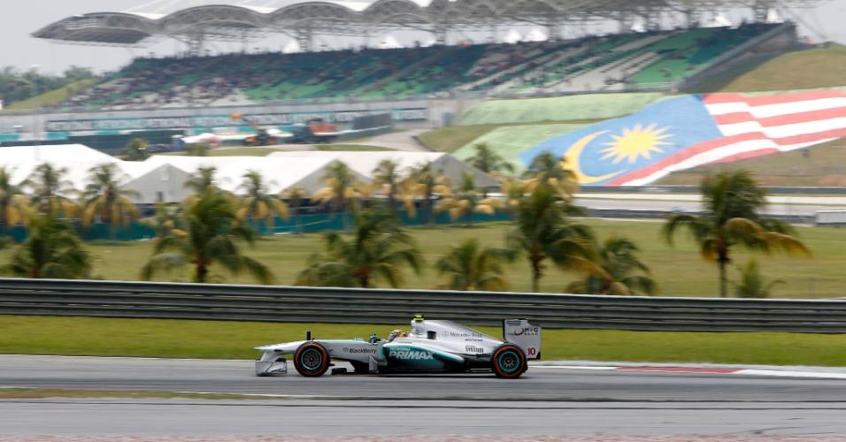 23.mar.2013 - Lewis Hamilton acelera sua Mercedes pelo circuito de Sepang durante o treino de classificação para o GP da Malásia