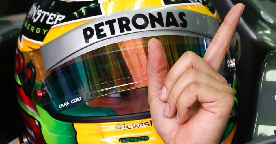 23.mar.2013 - Lewis Hamilton gesticula pouco antes de entrar na pista no treino de classificação para o GP da Malásia