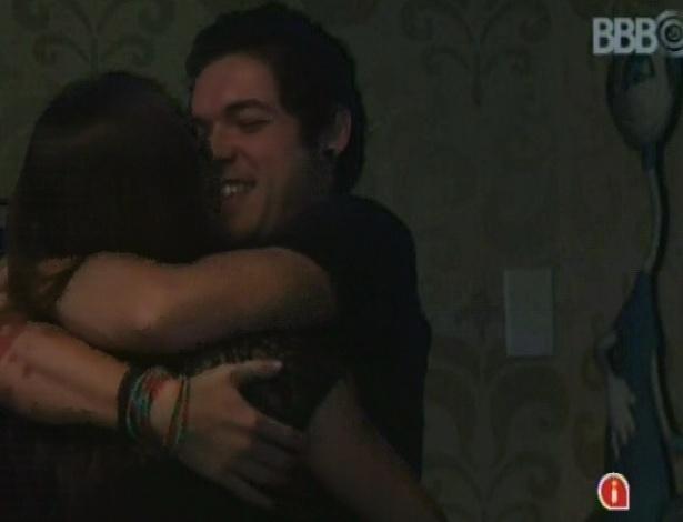 23.mar.2013 - Os finalistas Nasser e Andressa se abraçam na última festa do