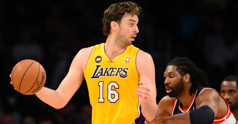 23.mar.2013 - Pivô brasileiro Nenê aperta a marcação sobre Pau Gasol na partida entre Washington Wizards e Los Angeles Lakers