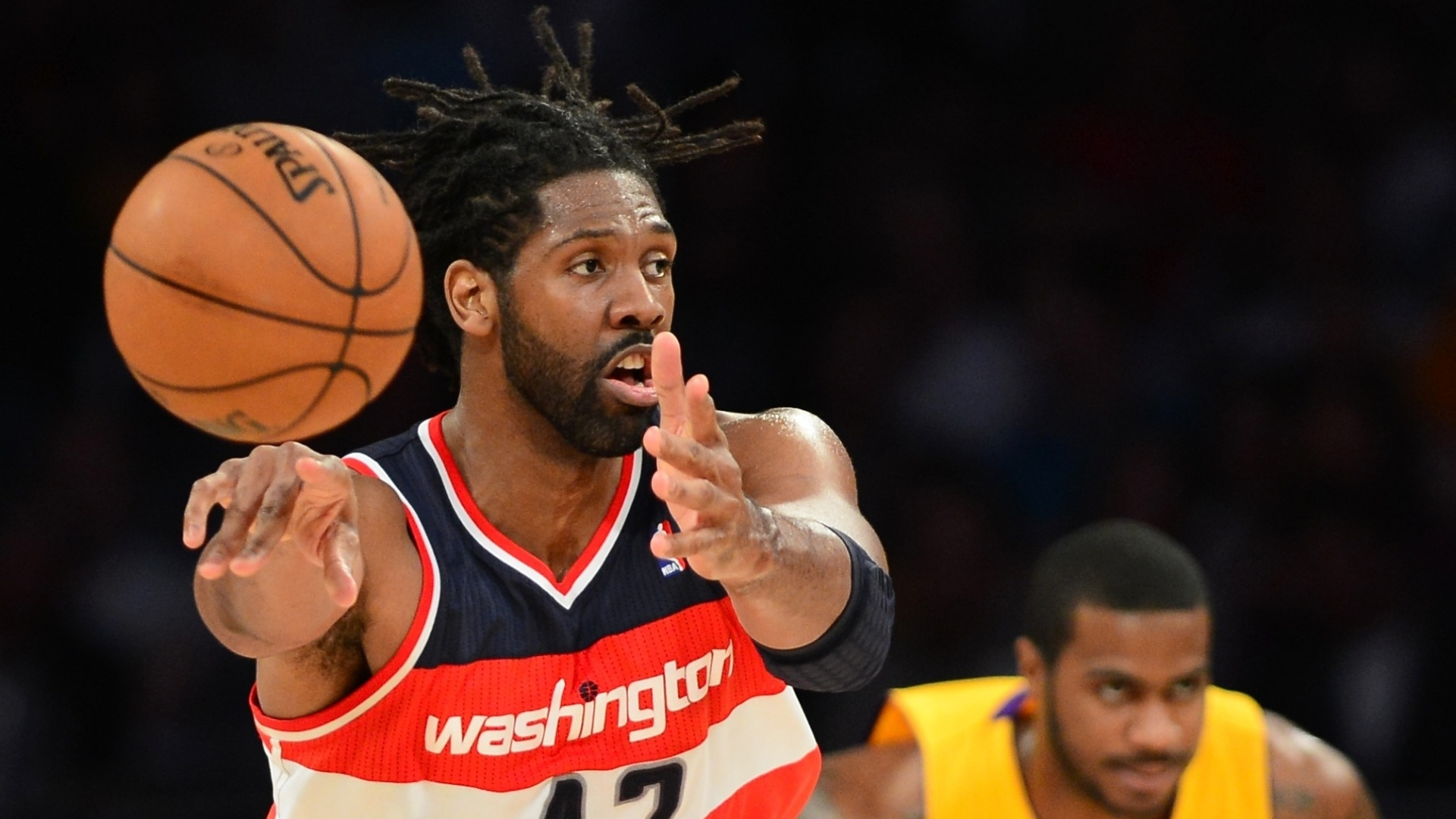 23.mar.2013 - Pivô brasileiro Nenê passa a bola e arma ataque do Washington Wizards na partida contra o Los Angeles Lakers