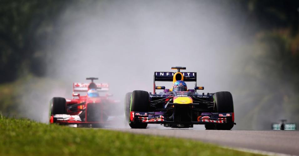 23.mar.2013 - Sebastian Vettel acelera sua Red Bull na pista molhada de Sepang