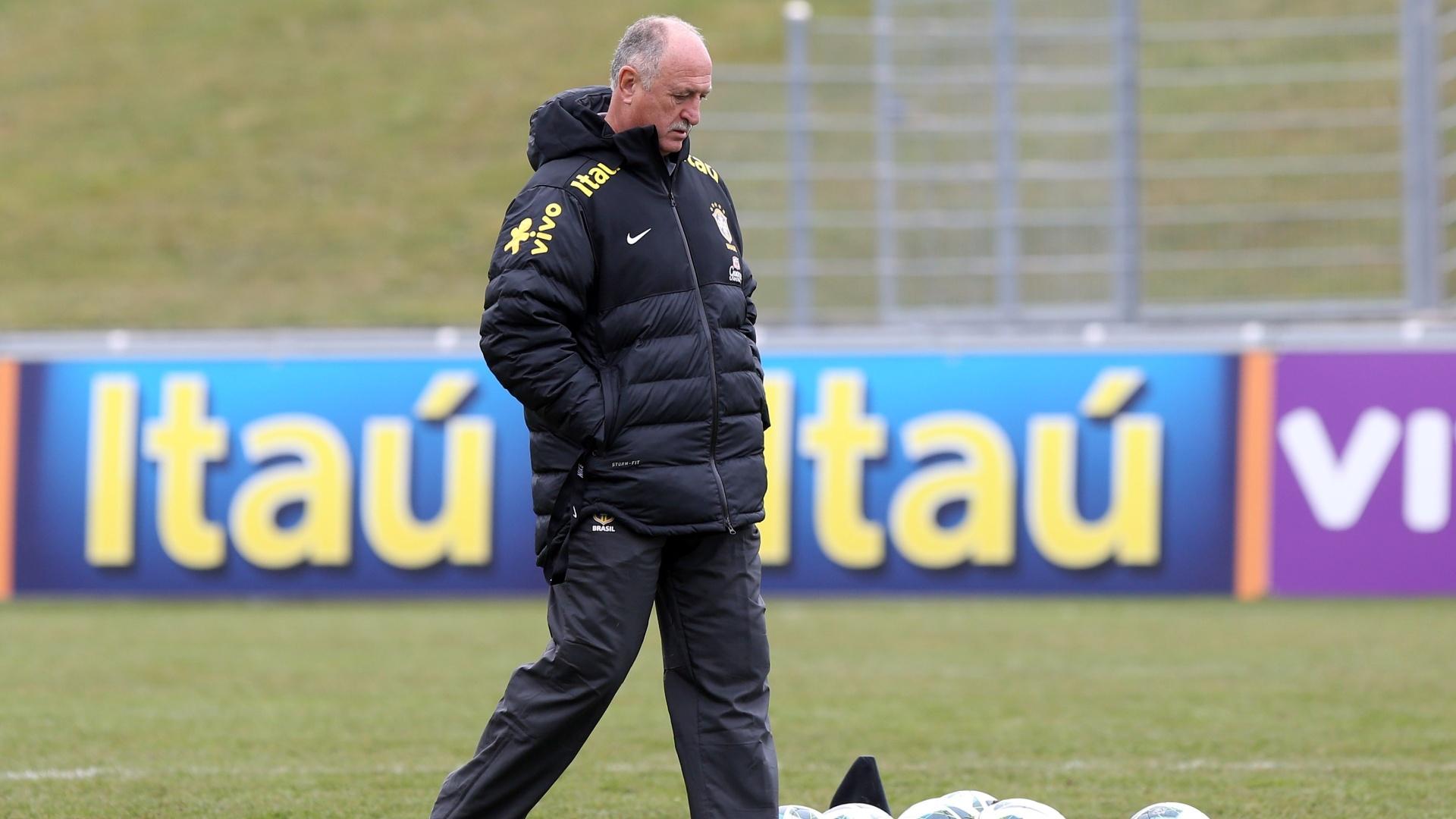 23.mar.2013 - Técnico Luiz Felipe Scolari bate na bola no último treino em Genebra, na Suíça
