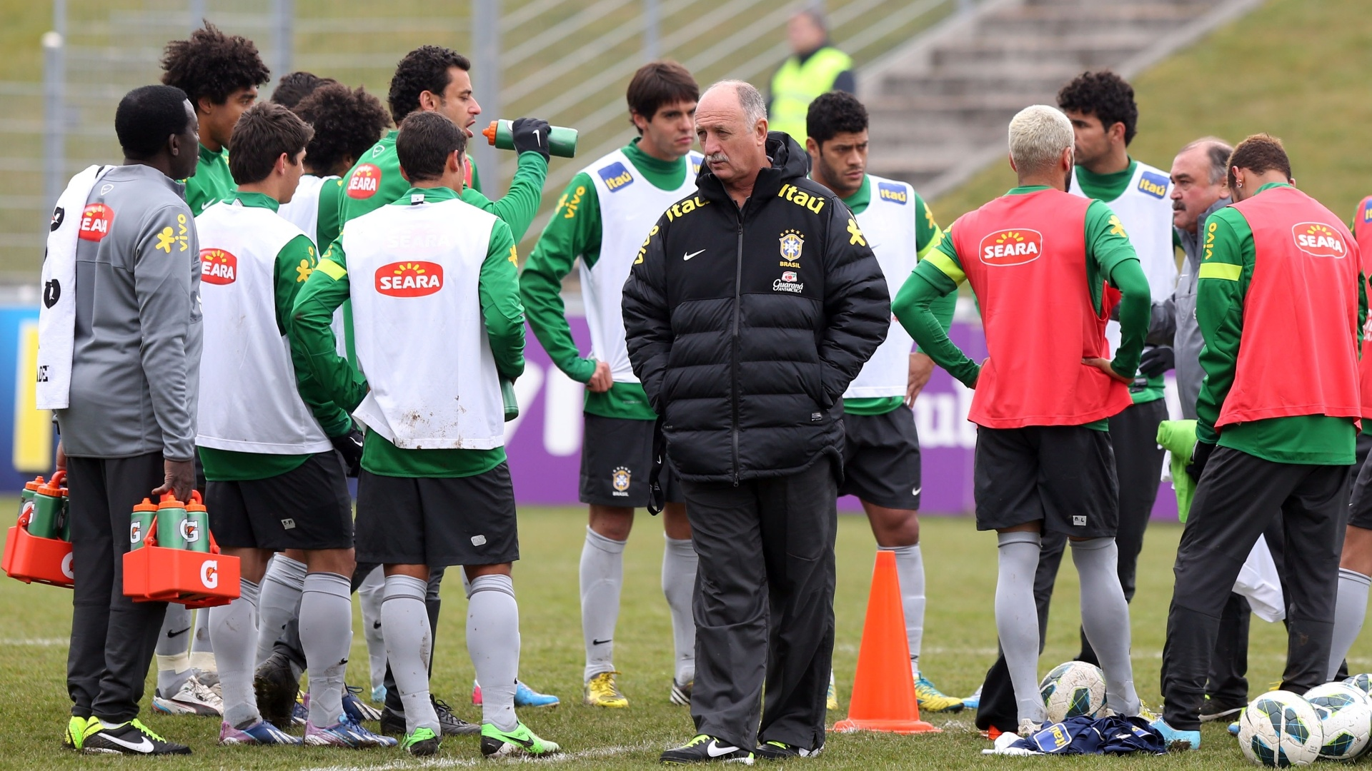 23.mar.2013 - Tcnico Luiz Felipe Scolari conversa com os jogadores da seleo brasileira no ltimo treino em Genebra, na Sua