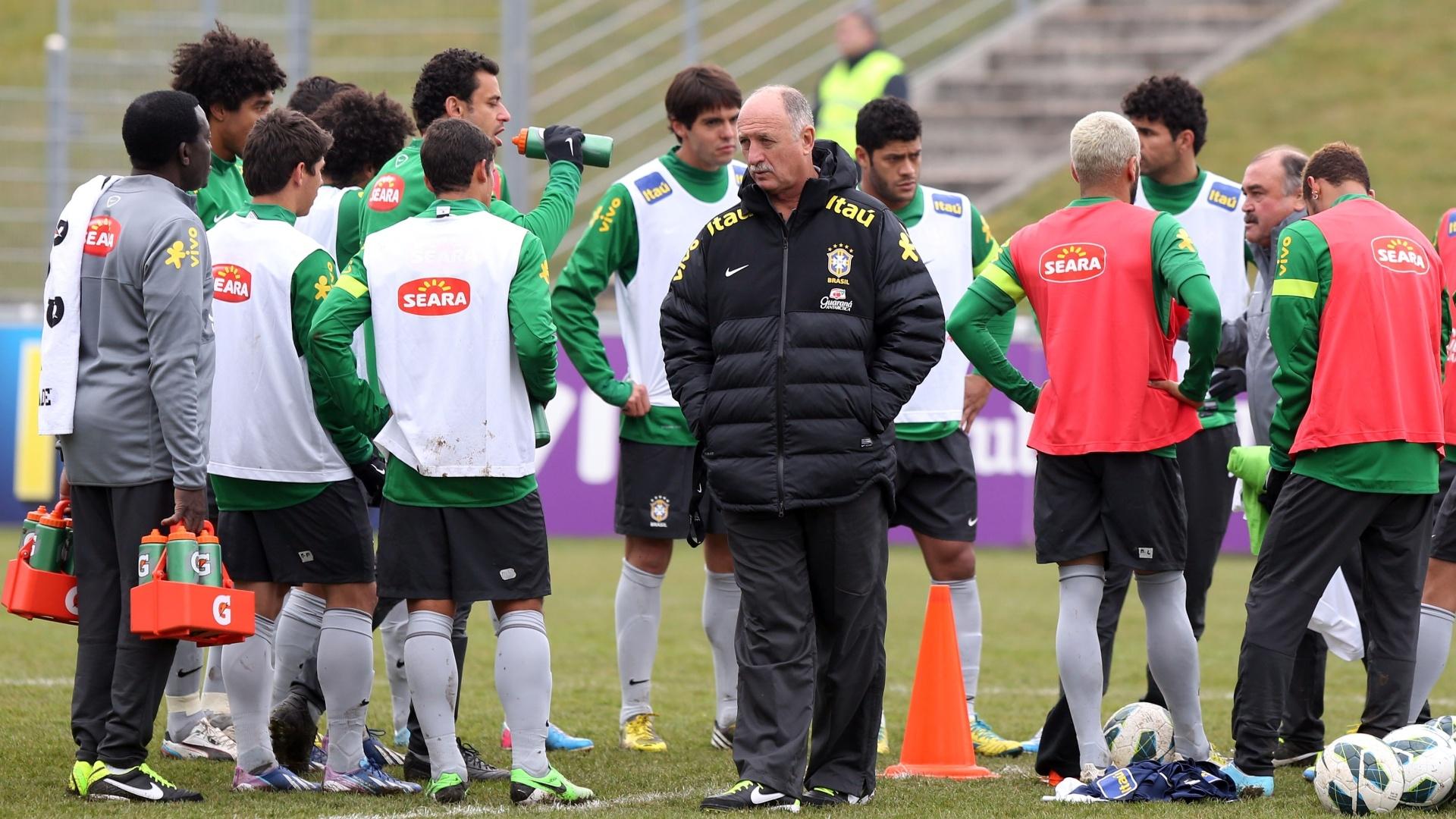 23.mar.2013 - Técnico Luiz Felipe Scolari conversa com os jogadores da seleção brasileira no último treino em Genebra, na Suíça