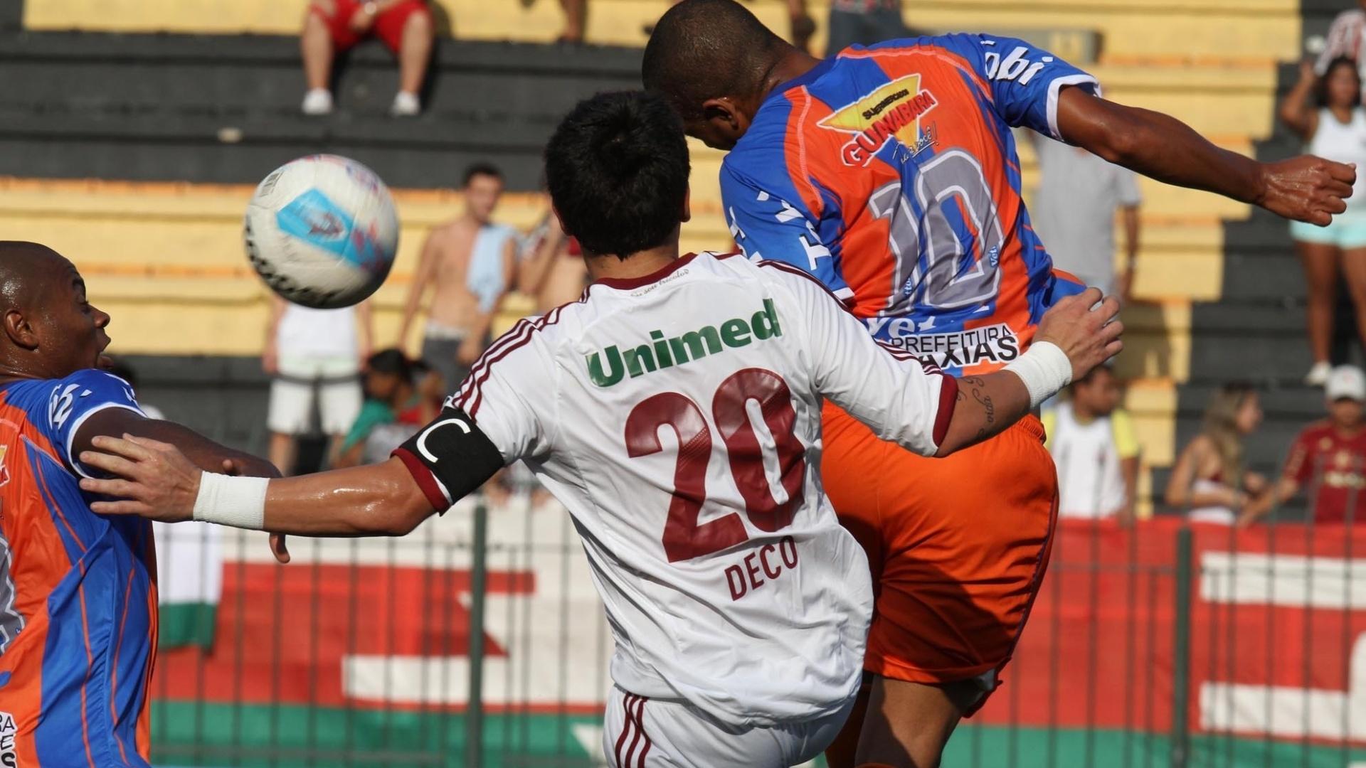 Deco disputa bola com marcador do Duque de Caxias em partida que terminou 0 a 0 pela Taça Rio