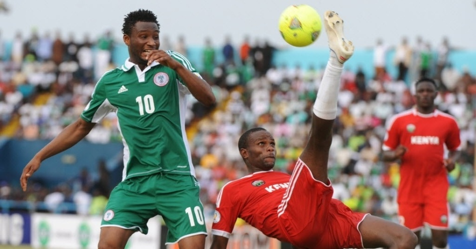 23.mar.2013 - John Mikel Obi (esq.), da Nigria, disputa a bola com Ndeto, do Qunia, em partida das Eliminatrias para a Copa do Mundo