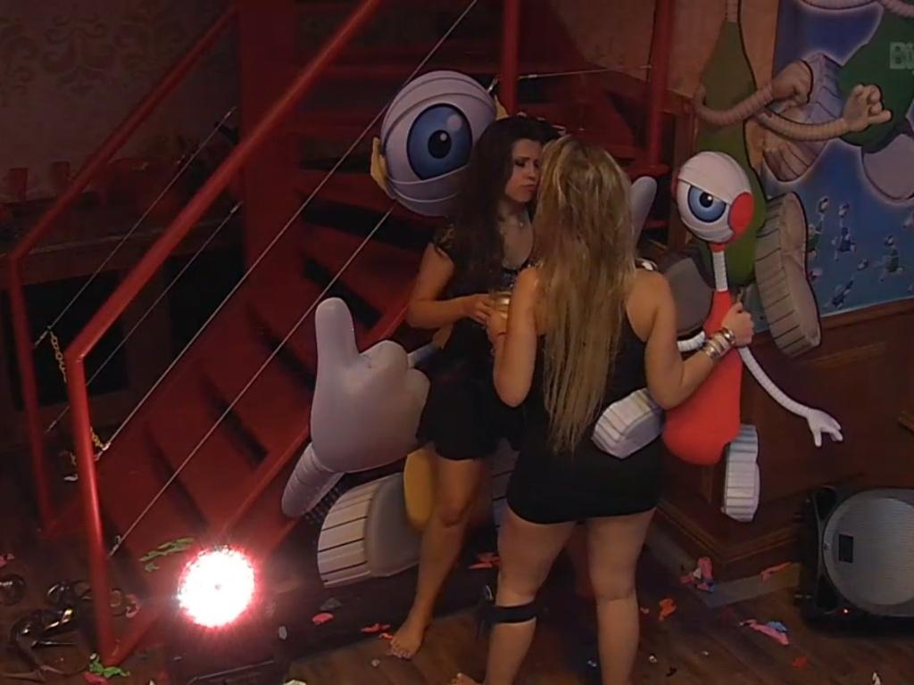 23.mar.2013 - Andressa e Fernanda interagem com a decoração da última festa do