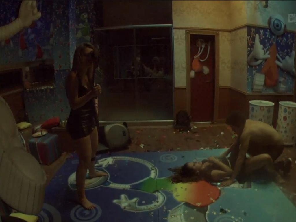 23.mar.2013 - Fernanda dança com boneco da decoração enquanto Nasser e Andressa caem no chão; o gaúcho reclamou que machucou o braço